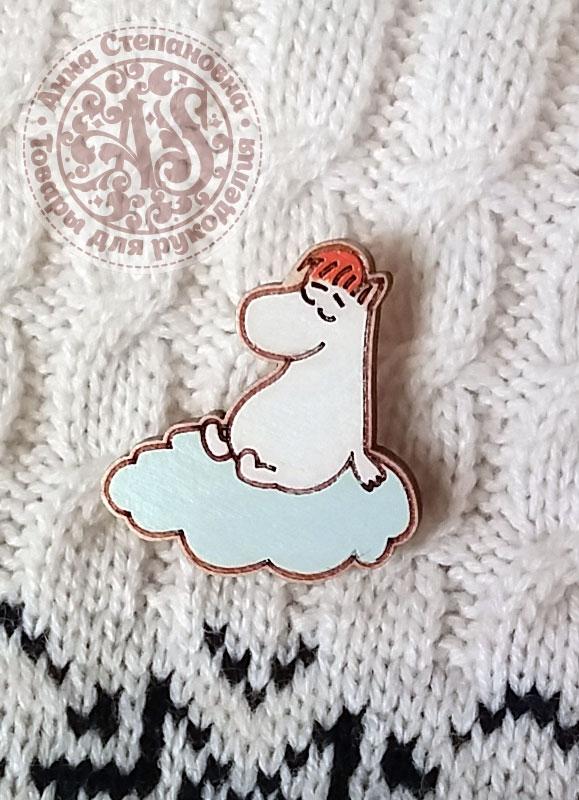 Значок «Муми-тролль на облаке» деревянный