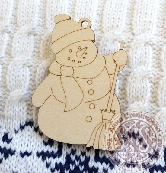 Игрушка деревянная Снеговик с метлой
