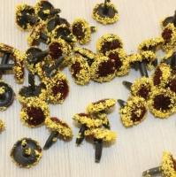 Серединки цветка коричневые с желтой пыльцой