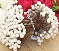 Букет ягод на проволоке белый